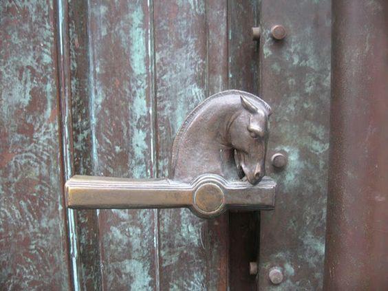 aldaba-llamador-puerta-edificio-tiovivo-creativo