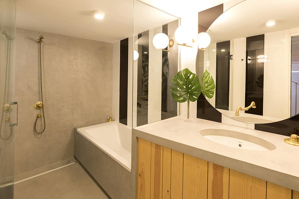 diseño-vienda-loft-baño-acabado-microcemento-bañera-lavabo-tiovivo