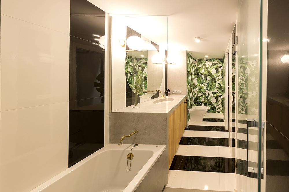 diseño-baño-vivienda-loft-papel-pintado-motivos-vegetales-lavabo-microcemento-tiovivo