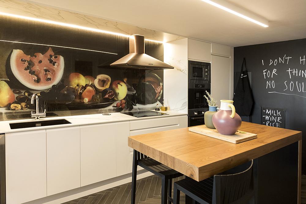 bodegon-decorativo-arte-en-una-cocina-moderna-tiovivo