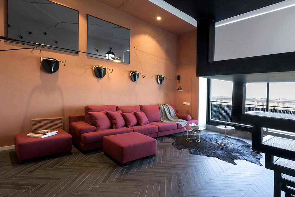 Diseño-vivienda-loft-salón-amplio-soporte-bicicletas-para-pared-tiovivo