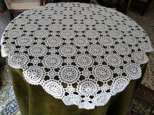 mesa camilla con tapete interiores época franquista