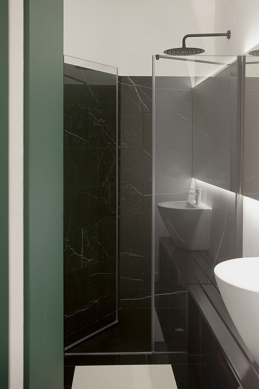 Interiorismo gimnasio Inertial diseño baños Tiovivo