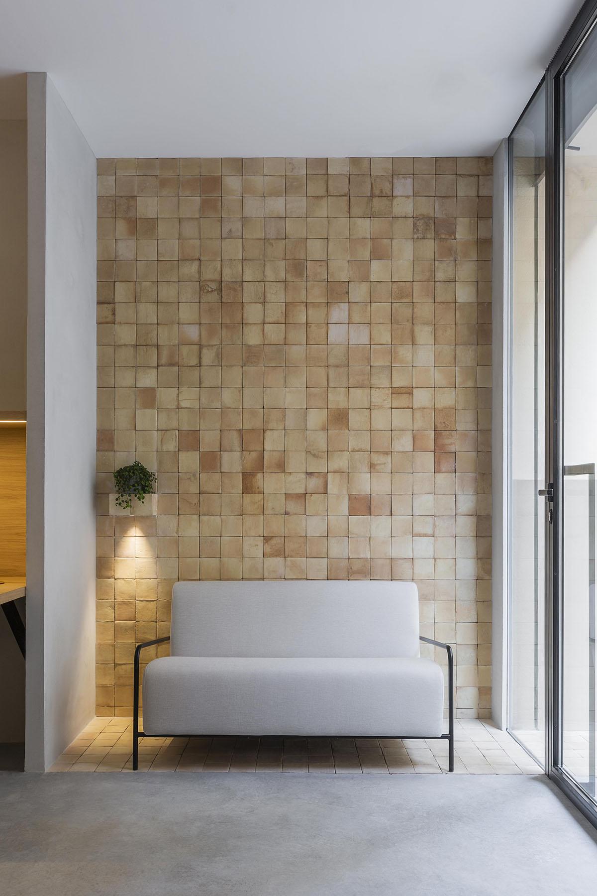 Baldosas barro revestimiento paredes oficina Valencia